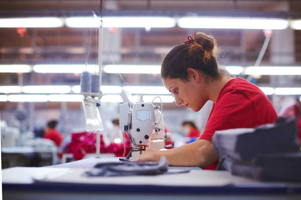 El trabajo manual, fundamental para confeccionar ropa todavía en los tiempos que corren